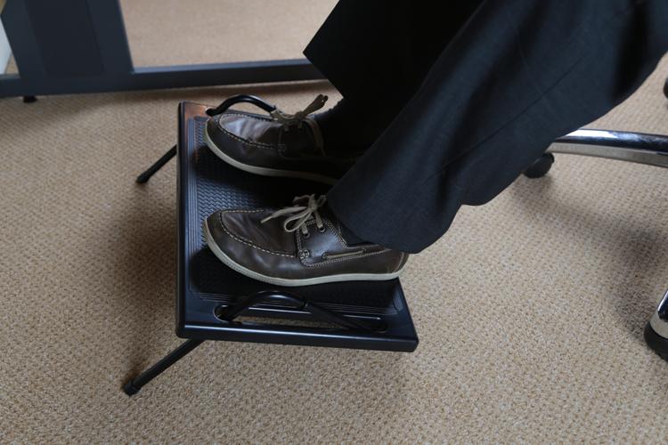 Self adjusting angled footrest